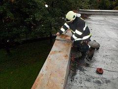 Uvolněné plechy na střeše vrahovické školky na Prostějovsku