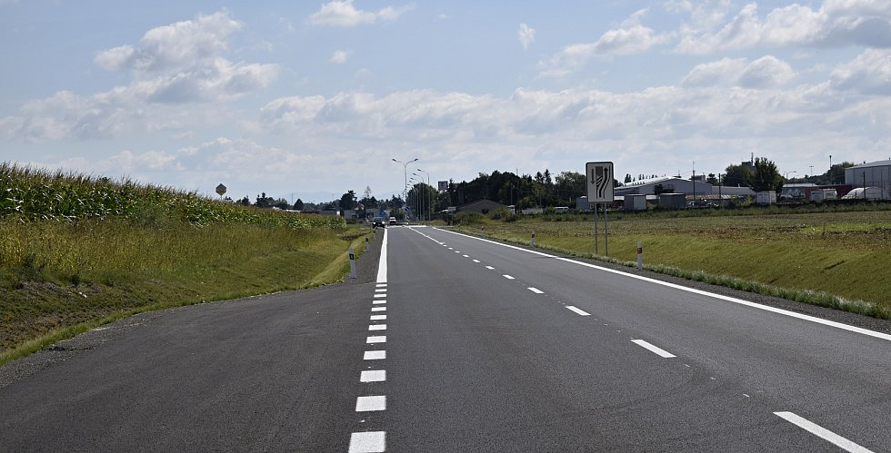 Spojka severního obchvatu od Olomoucké ulice na Smržice už slouží řidičům, stejně tak se dá projet přímo na Kostelec na Hané. 2.9. 2021