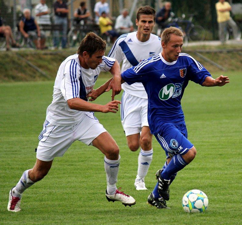 Prostějovští fotbalisté (v modrém) ve své domácí třetiligové premiéře nestačili na Frýdek-Místek, kterému podlehli 1:3.  Martin Hirsch (vpravo) útočí