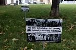 Cedulky, které na místě bývalého židovského hřbitova v Prostějově nechali rabíni