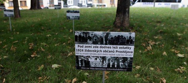 Kamenými náhrobky ze zničeného židovského hřbitova vydlážděný zapadlý dvorek vDrozdovicích.  Zbožní muži zUSA, Británie, Izraele, Rakouska a České republiky hledají zbytky hebrejských nápisů.