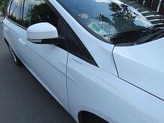 Cyklista poškodil zaparkované auto, od nehody ujel.