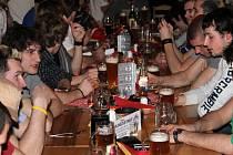 Prostějovští hokejisté se v kolibě a pivovaru U Tří králů loučili se svými fanoušky. Ti jim dorazili poděkovat za vydařenou sezonu, vyfotit se svými oblíbenci nebo si podepsat plakát, dres či kšiltovku.