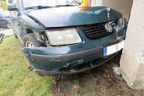 Řidička nedala přednost, poničila tak dvě auta i dům.