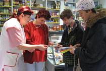 Koupí magnetky nebo reflexní pásky mohli lidé přispět na pomoc těžce nemocným dětem.