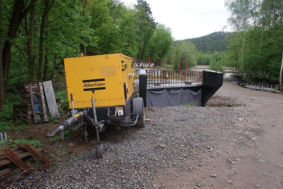 """Stavba """"cyklostezkového"""" mostu na plumlovské přehradě - 14. května 2021"""
