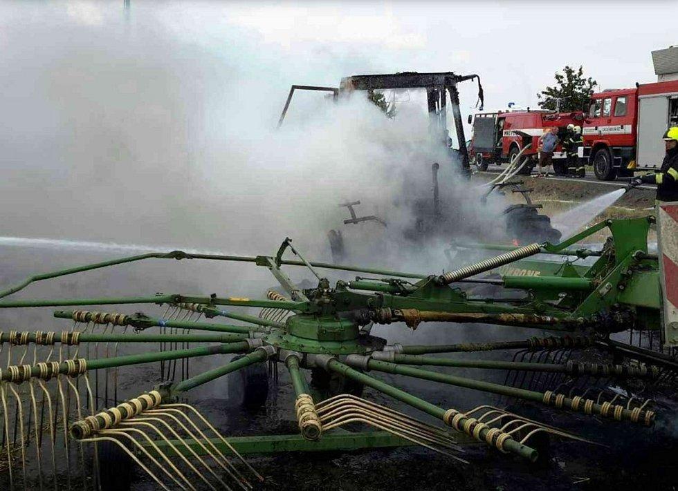 Mezi Hněvotínem a Lutínem hořel traktor.