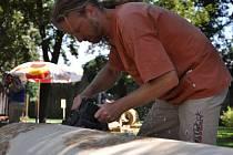 David Medek při práci na dřevěném sloupu. Ten bude nakonec pokrytý ornamenty