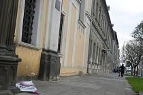 Klášter Milosrdných bratří v Prostějově - spadený plakát vyzývající zájemce ke koupi objektu