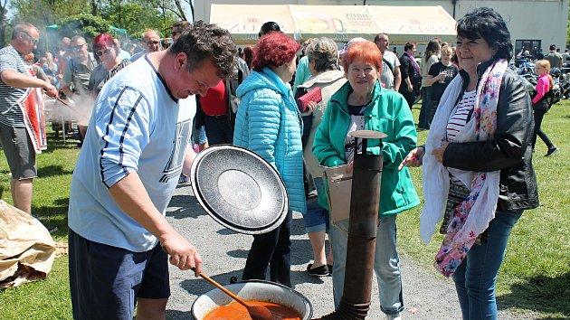 Happening s vůní guláše a hořkou chutí piva v prostějovských Kolářových sadech.