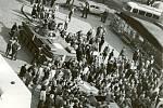 Spojeneckou agresi občané odmítali a žádali odchod vojsk. Na snímku vidíme diskuzi shromážděných Prostějovanů se sovětskými vojáky.