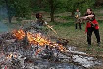 Čarodějnice trochu jinak. Ve Vrchoslavicích se uklízelo a pak pálilo.