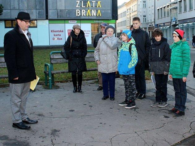 Představitelé, zaměstnanci a členové prostějovských kulturních institucí se ve středu sešli u sochy Jiřího Wolkera, aby uctili památku jednoho z nejvýznamnějších rodáků města