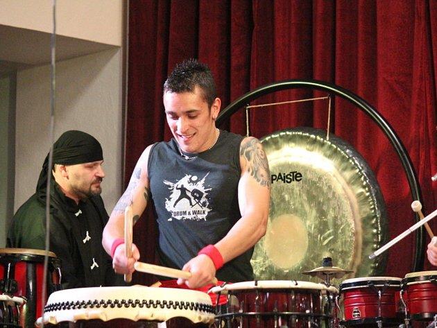Desítky milovníků bubenických rytmů si přišli v pátek na své. Do Kulturního domu v Čelčicích zavítal soubor Jumping Drums s koncertní show East. Dvouhodinové vystoupení, v němž zaznělo na osmdesát bubnů a perkusí, nenechalo návštěvníky v klidu.