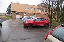 Následky nehody na parkovišti ve Vrahovicích