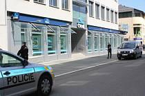 Policisté v pátek 18. dubna v poledne dostali hlášení, že na prostějovské pobočce ČSOB v Dukelské bráně 5 je bomba.