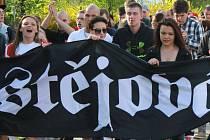 Pochod fanoušků Jestřábů městem