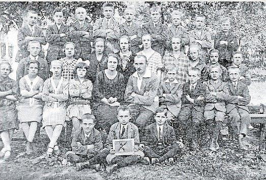 ŠKOLÁCI. Na fotografii třída paní učitelky Jelínkové z roku 1926.