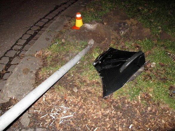 Opilý řidič fordu porazil značku vulici Dobrovského vProstějově