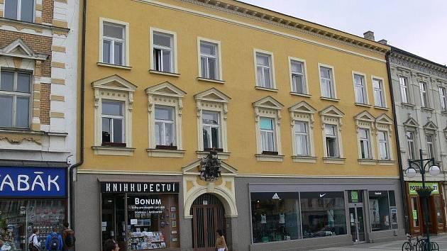 Budova bývalé pošty z 18. století na náměstí T. G. M.