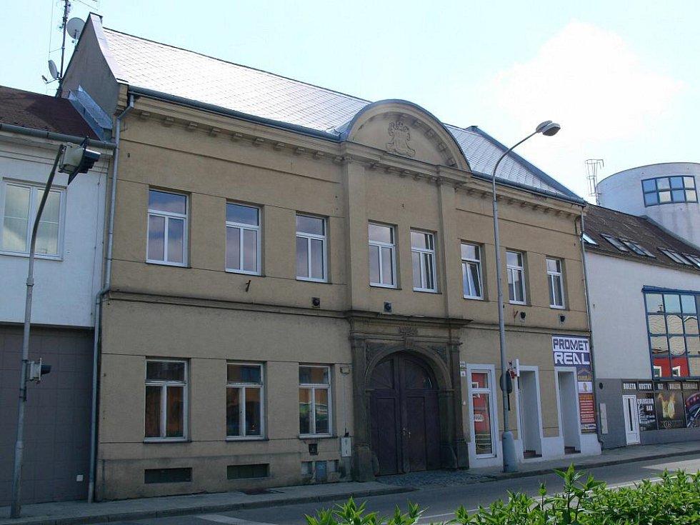 Budova bývalé pošty ve Wolkerově ulici z roku 1836