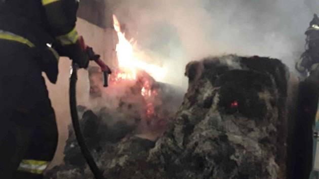 V Brodku u Prostějova hořely balíky slámy
