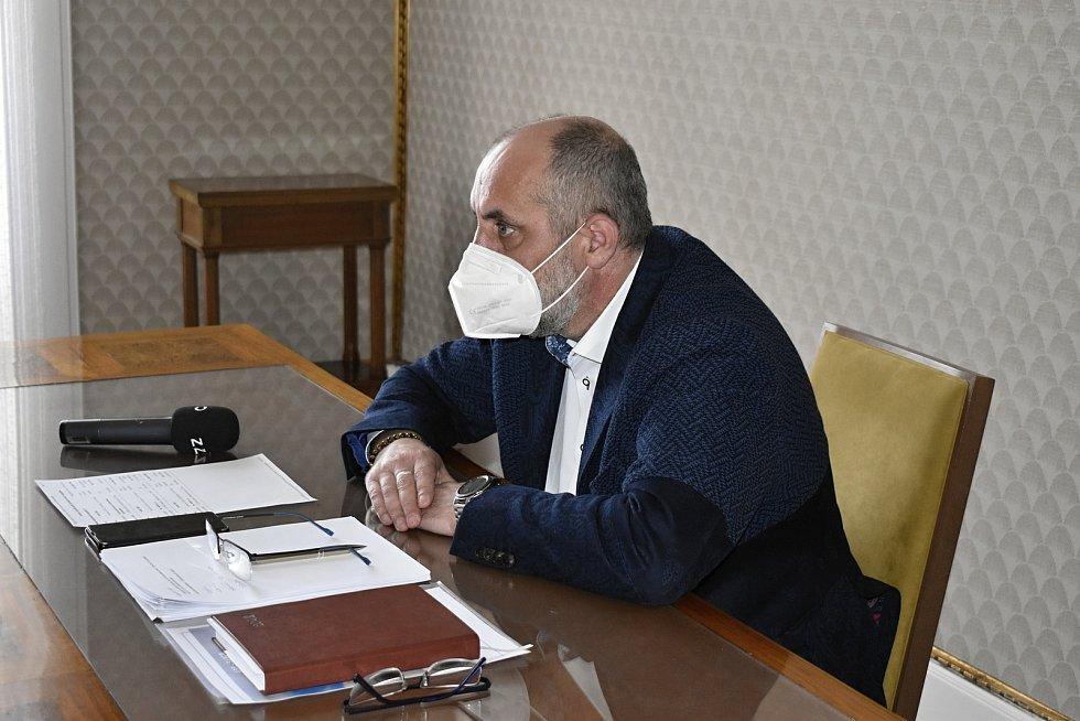 Primátor František Jura obhajuje nezávadnost aplikované látky v prostějovských školách.