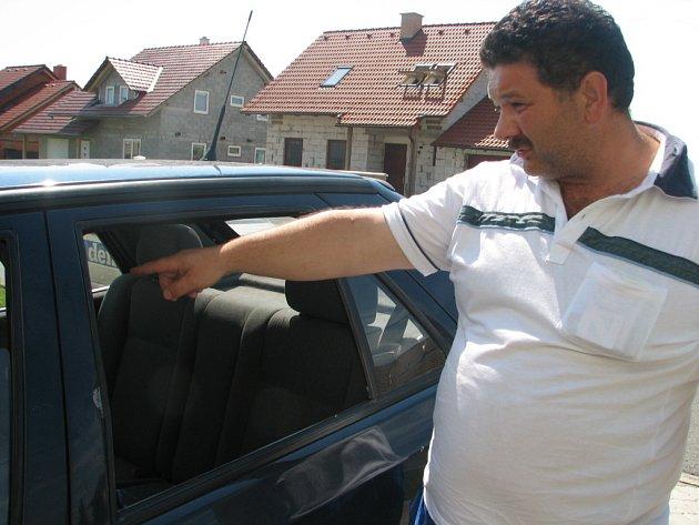 Josef Koky z Víceměřic ukazuje na rozbité okno u svého automobilu, které mu někdo u jeho domu vytloukl v noci z neděle na pondělí.