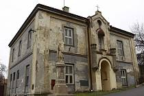 Bývalá církevní budova v Určicích. Kdo ji získá? Skácelovi nebo obec?