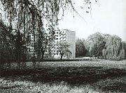 Pohled přes vypuštěný rybník směrem ke Šmeralově ulici vroce 1974.