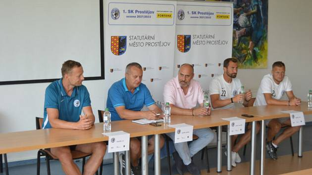 Prostějov má v nové sezoně ambice. Zleva: trenér Jiří Jarošík, sportovní ředitel Ladislav Dudík, předseda František Jura a hráči Petr Jiráček s Janem Koudelkou.