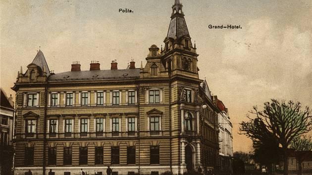 Stavbu hotelu realizovala podle vlastního návrhu místní stavební firma Konečný & Nedělník.