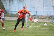 Mohelničtí fotbalisté (ve fialovém) vyhráli v posledním utkání podzimu v Kralicích 6:1.Petr Večeř (Mohelnice)