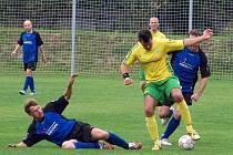 Haná Prostějov (ve žlutozeleném) u míče