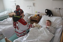 Malí hokejisté SK Prostějov 1913 vyrazili do dětského oddělení nemocnice. A pacientům přinesli předčasného Ježíška.