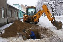 Na Husově náměstí se na vodovodních přípojkách pracuje i v zimě