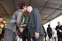 Návštěva Václava Klause v Němčicích nad Hanou - polibek od starostky