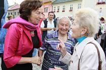Když přijel prezident Masaryk do Němčic nad Hanou, bylo Anně Kroupové (na snímku uprostřed) 6 let. Letos si potřásla rukou s první dámou