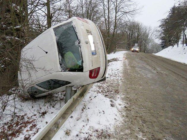 Řidička fabie u Plumlova nezvládla jízdu na zasněžené silnici.