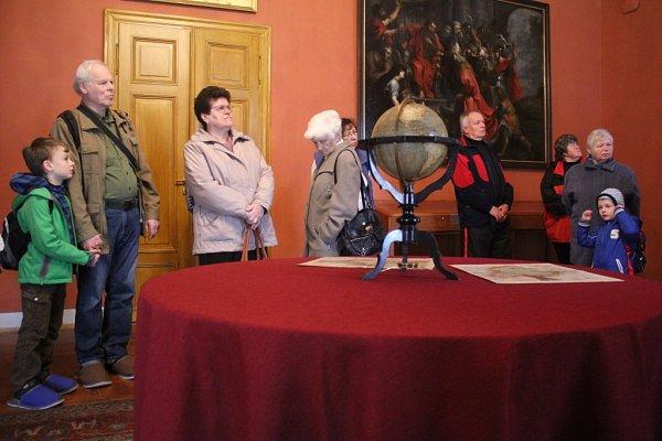 Otevírání zámku vČechách pod Kosířem, který prošel roky trvající rekonstrukcí, proběhlo ve velkém stylu. Návštěvníci mohli shlédnout dvě expozice, vystoupat na opravenou rozhlednu nebo se podívat na vystoupení dětí a folkloristů.