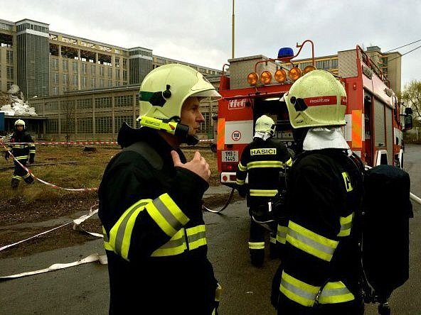 Hasiči zasahují u požáru v areálu OP v Prostějově