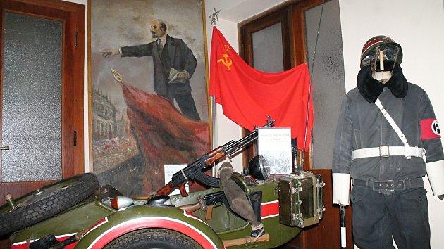 Výstava připomínající dobu socialismu v kostele Husova sboru v Prostějově