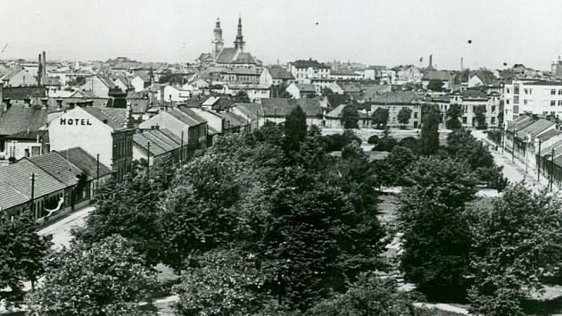 Park na Husově náměstí (dříve Dobytčí trh) na snímku z počátku 60. let minulého století.