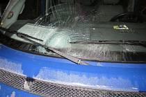 Řidiči vběhl pod kola chlapec, zraněného ho zavezl do nemocnice.