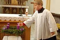 Na adventním věnci, který v otaslavickém kostele požehnal v neděli farář Pavel Vágner rozsvítil ministrant Jiří Buriánek první svíčku.