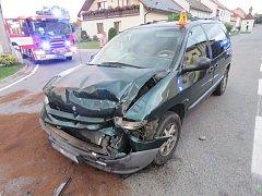 Srážka dvou aut si vyžádala několik zranění i zásah hasičů.