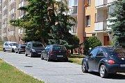 Parkování na sídlišti Antonína Slavíčka. Foto: Deník/Dominik Voráč