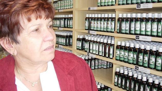 Jarmila Podhorná vyrábí léčivé tinktury z rostlin a pupenů.
