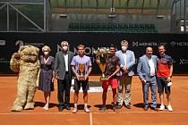 Finalisté Moneta Czech Open. Druhý Alex Molčan (uprostřed vlevo) a vítěz Federico Coria.