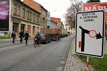 Uzavírka Svatoplukovy ulice v Prostějově, na Újezdě se tvoří kolony